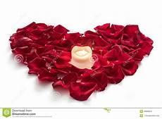 candela a forma di rosa petali di rosa nella forma cuore con la candela