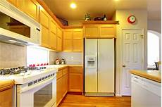 armadietti legno cucina con gli armadietti di legno gialli fotografia stock