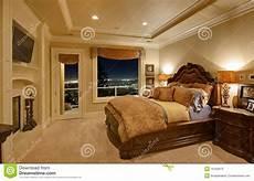 da letto lussuosa da letto lussuosa con una vista fotografie stock