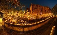 rito delle candele buddismo stupefacente con il raggio di luce nella caverna