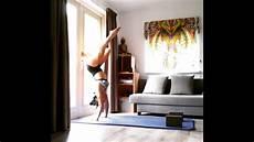 wanita melakukan senam di rumah cara melakukan senam di rumah yang mudah dan praktis