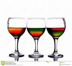 i 3 bicchieri i bicchieri di hanno riempito di multicolore