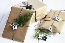 geschenke verpacken ideen mit packpapier lavendelblog