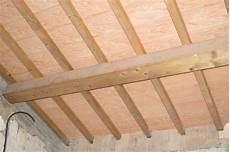 travi in legno per soffitto un soffitto bianco con travi greige per un casale molto chic