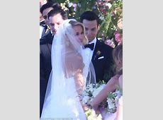 Anna Camp and Skylar Astin tie the knot in outdoor wedding