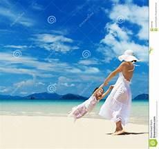 donne sulla spiaggia donna e ragazza sulla spiaggia fotografia stock immagine