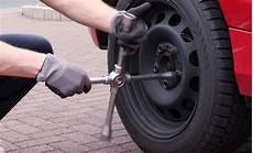 Rad Wechseln Werkzeug Auto by Reifen Wechseln Selbst De
