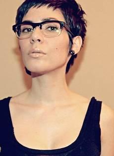 kurzhaarfrisuren mit brille damen tr 228 gst du eine brille 10 kurzhaarfrisuren speziell f 252 r