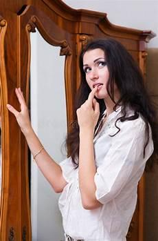 guardaroba donna libro di lettura della donna sul davanzale della finestra