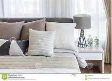 immagini da letto moderna da letto moderna di stile con i cuscini sul letto e