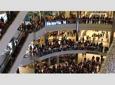 Man Throws $1,000 Over Balcony in Mall of America to a