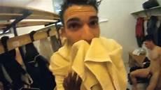 uomini nudi in doccia calciatori nudi negli spogliatoi e sotto la doccia nel