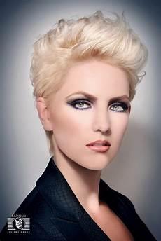 kurzhaarfrisuren frauen ohren bedeckt professional hairstyle with layers and lift on the roots