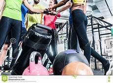 uomini che fanno sport donna ed uomini che sono motivati per forma fisica e lo