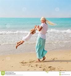 frauen am strand frau und auf dem strand stockfoto bild strand