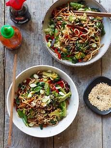 koreansk kylling nudler gr 248 nnsaker og en spicy dressing mat p 229 bordet