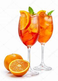 bicchieri per spritz due bicchieri di aperol spritz foto stock