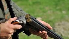 armadietti per fucili da caccia centopercentoanimalisti figlio uccide il padre cacciatore