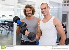 uomini sportivi uomini sportivi che si esercitano con le teste di legno in