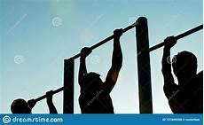 uomini che fanno sport uomini atletici che fanno tirata ups sulle barre su di