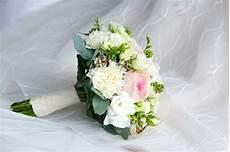 buket matrimonio come abbinare il bouquet all abito da sposa