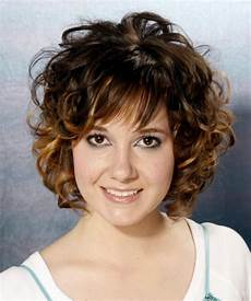 kurzhaarfrisuren rundes gesicht locken 25 curly hair with bangs