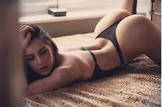 gadis dengan kaus kaki panjang wallpaper wanita model rambut panjang pantat tidur