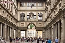 ingresso uffizi firenze corte interna dell edificio della galleria foto