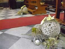 composizioni candele composizioni floreali per la navata della chiesa