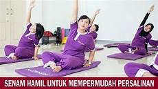 wanita melakukan senam di rumah senam untuk mempermudah persalinan
