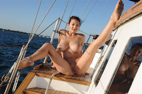 Nude Babes Saugen Hahn