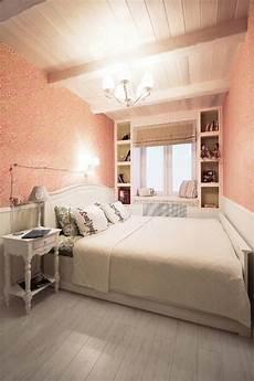 schlafzimmer einrichtung kleines schlafzimmer in wei 223 und koralle mit gr 252 nen