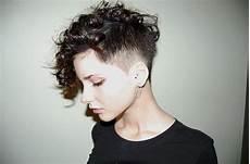 kurzhaarfrisuren locken undercut undercut mit locken haarschnitt kurz frisuren und