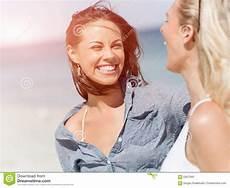 donne sulla spiaggia donne dell immagine sulla spiaggia immagine stock