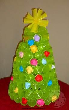 bicchieri di plastica colorati albero di natale con i bicchieri di plastica