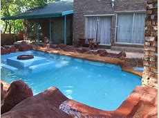 TRAVELLERS CASTLE: Swimming Pool & Braai (BBQ) Area