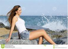 femmes sur la plage beautiful enjoying the wind on the stock image