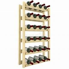 scaffali per bottiglie scaffali di legno con le bottiglie dell isolato