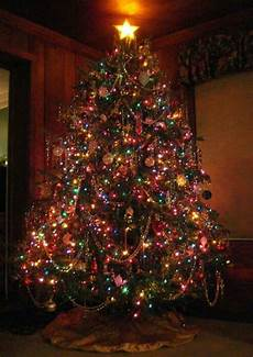 Christmas Tree Decorating Ideas With Multicolor Lights Coloured Lights Give This Tree A Vintage Look Christmas