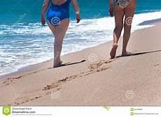 donne sulla spiaggia donne sulla spiaggia fotografia stock immagine di mare