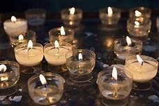 candele chiesa candele di infornamento in chiesa cattolica fotografia
