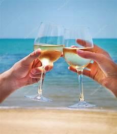 immagini bicchieri di uomo e donna fragorosi bicchieri di con bianco