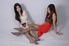 gadis dengan kaus kaki panjang wallpaper rambut panjang duduk celana ketat
