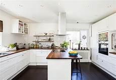armadietti legno cucina moderna con il pavimento di legno scuro immagine