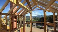 de madera construyendo una casa de madera canexel