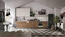 cucina con la cucina con il frigorifero freestanding un evergreen