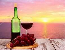 immagini bicchieri di bottiglia di con bicchieri di al tramonto sullo