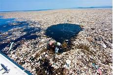 isola suprema le isole di spazzatura negli oceani sconvolgono il
