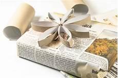 geschenk einpacken adventskr 228 nchzchen geschenke einpacken mit zeitungspapier