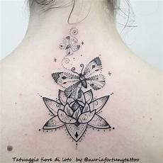 tatuaggio fiore di loto e farfalla tatuaggi fiori stilizzati piccoli o grandi sempre di moda